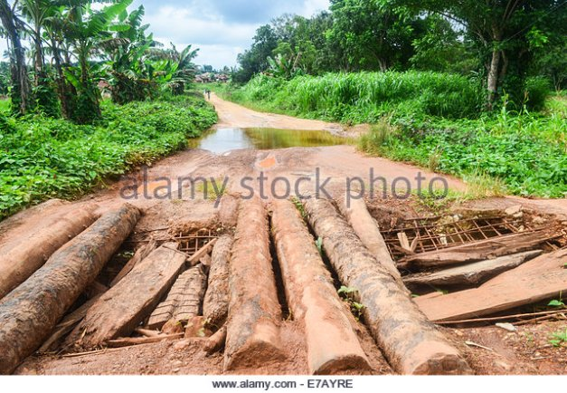 a-makeshift-bridge-on-the-poor-rural-road-network-of-sierra-leone-e7ayre